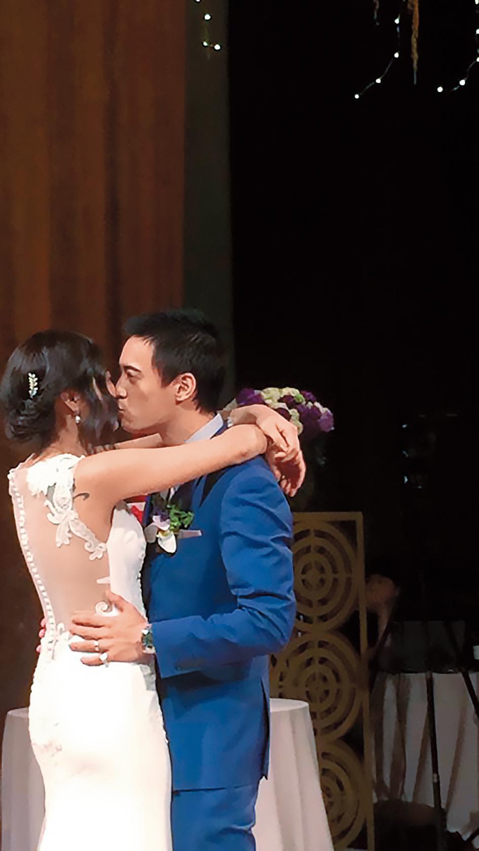 蔣友青與周玟君小倆口在婚宴時公然親熱,在眾人面前肉體交纏,唇唇交歡。(翻攝自Ta Chnn Kao臉書)