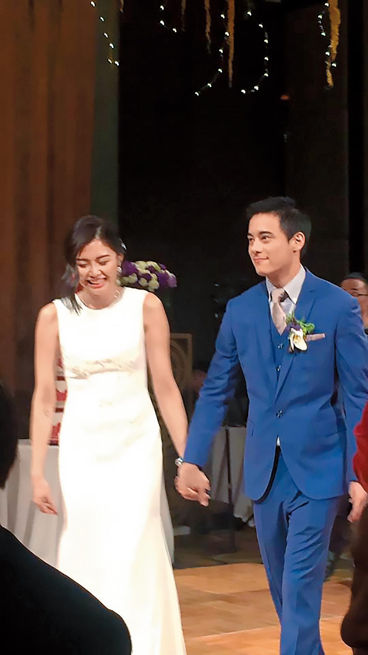 本刊透過管道取得蔣友青4月8日當晚婚宴的照片,跟老婆周玟君看來既幸福又甜蜜。(翻攝自Ta Chnn Kao臉書)