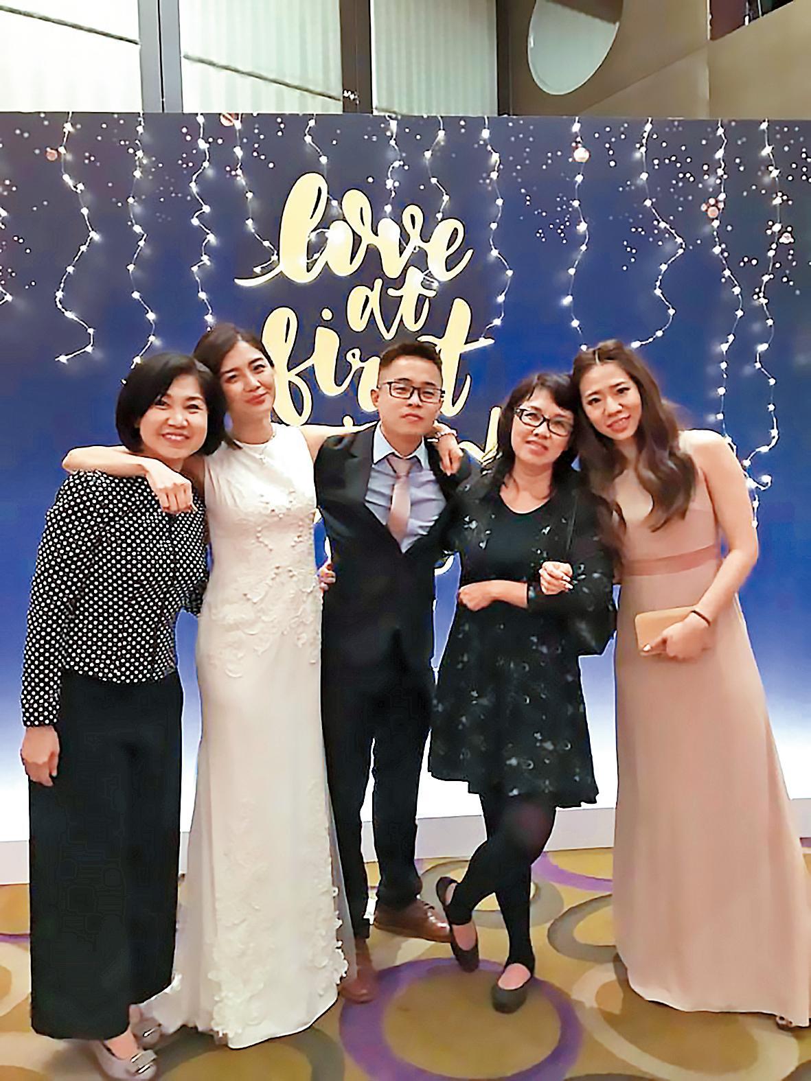 周玟君(左二)跟友人們在背板面前拍照,由於她的本業就是場地布置,看得出來她的精心設計。(翻攝自Ta Chnn Kao臉書)