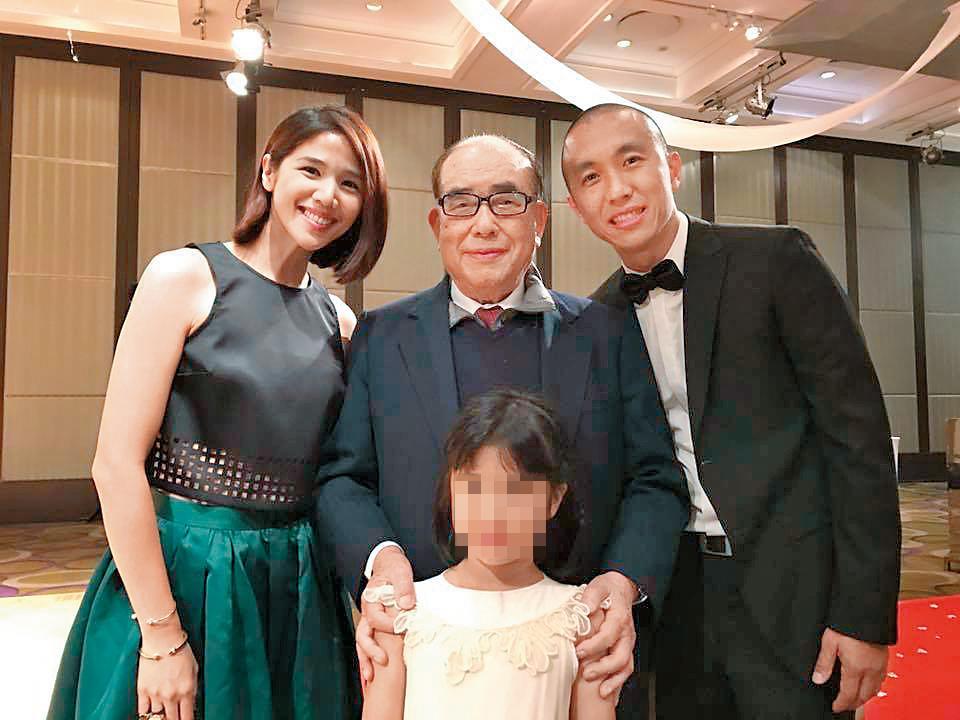 「櫃台妹」張心妍(左)嫁給蔣友青的表哥張力方(右),夫妻出席蔣友青的婚宴,並與郝柏村合照。(翻攝自張心妍臉書)