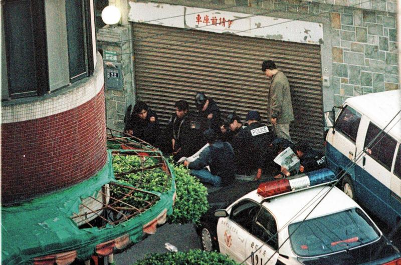 陳進興闖入南非武官卓懋祺官邸挾持一家6口,警方在門口嚴陣以待。(中央社)