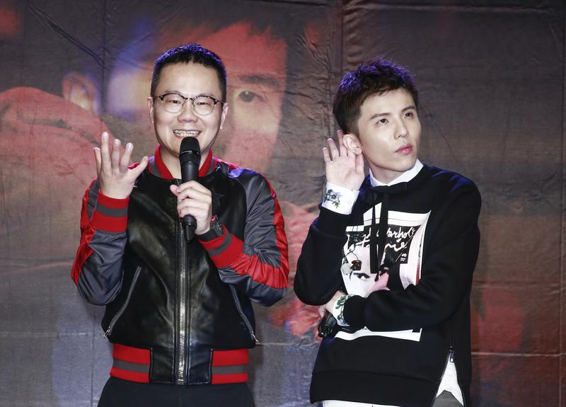 小宇重回歌手行列,華納老闆陳澤杉(左)恭迎。