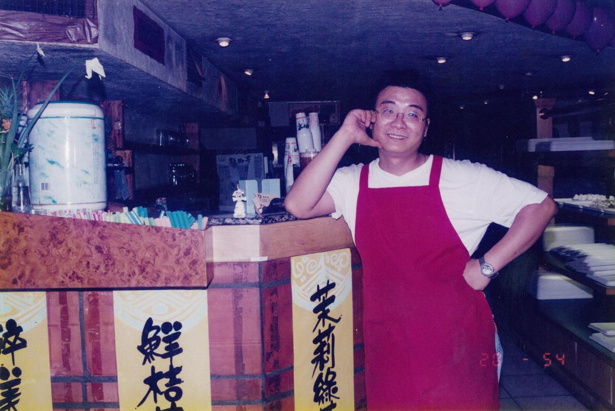 創業初期鄭凱隆將歇腳亭開在台北重慶南路上,當時主打泡沫紅茶還提供簡餐。