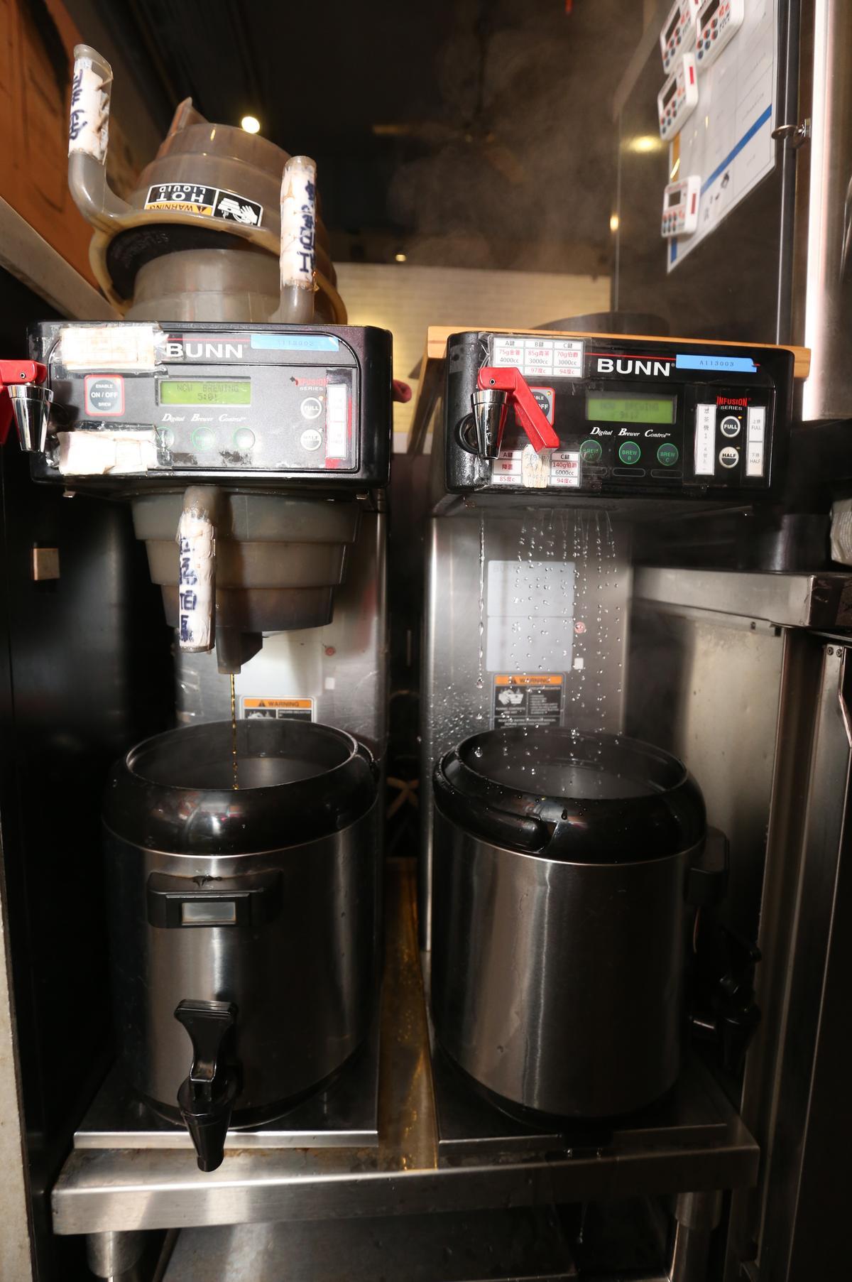 為了統一茶飲品質,鄭凱隆要求機器廠商特製煮茶機,以便定時、定量、定溫煮出口味一致的茶。