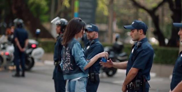 名模坎達爾珍納為百事可樂拍的廣告上線一天就被罵翻下架。圖截自Pepsi廣告