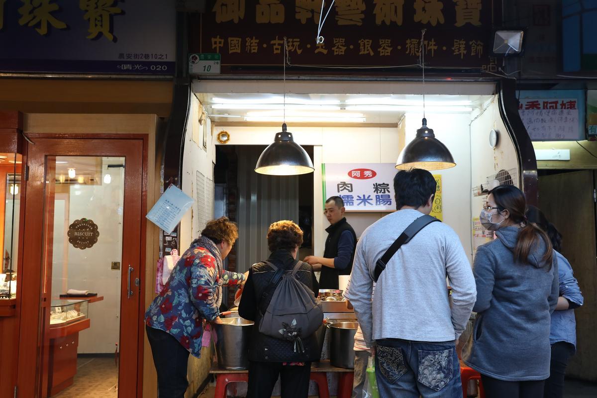 「阿秀肉粽糯米腸」是晴光市場裡的老攤,從下午開門到晚上,白天這個攤子是賣熟食雞肉。