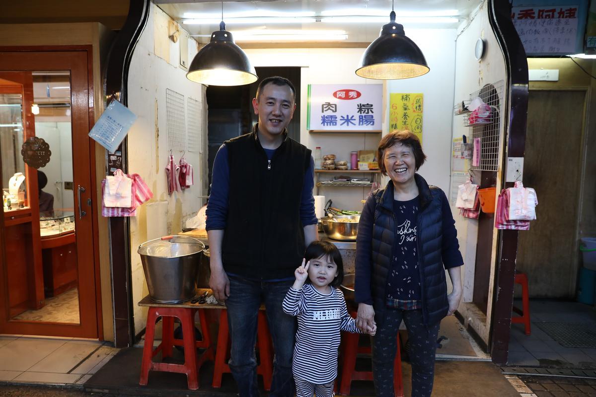 高寶秀(右)在晴光市場賣米食36年,從推車到小店,養活一家三代。