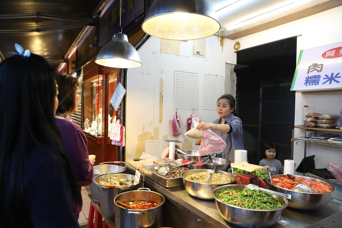 熟食攤上擺著各種可口小菜,是許多婆婆媽媽買回家加菜的選擇。