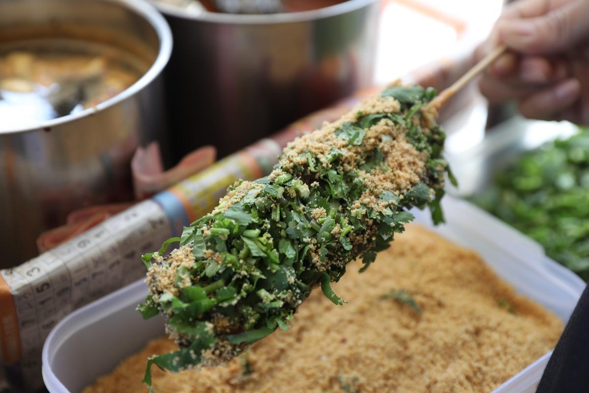 德惠街的「豬血糕」,香菜、花生粉都給得很足,入口柔軟美味。(30元/個)