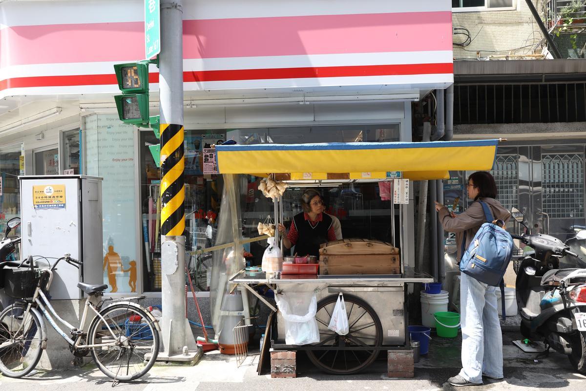 豬血糕攤車每天風雨無阻現身德惠街上。
