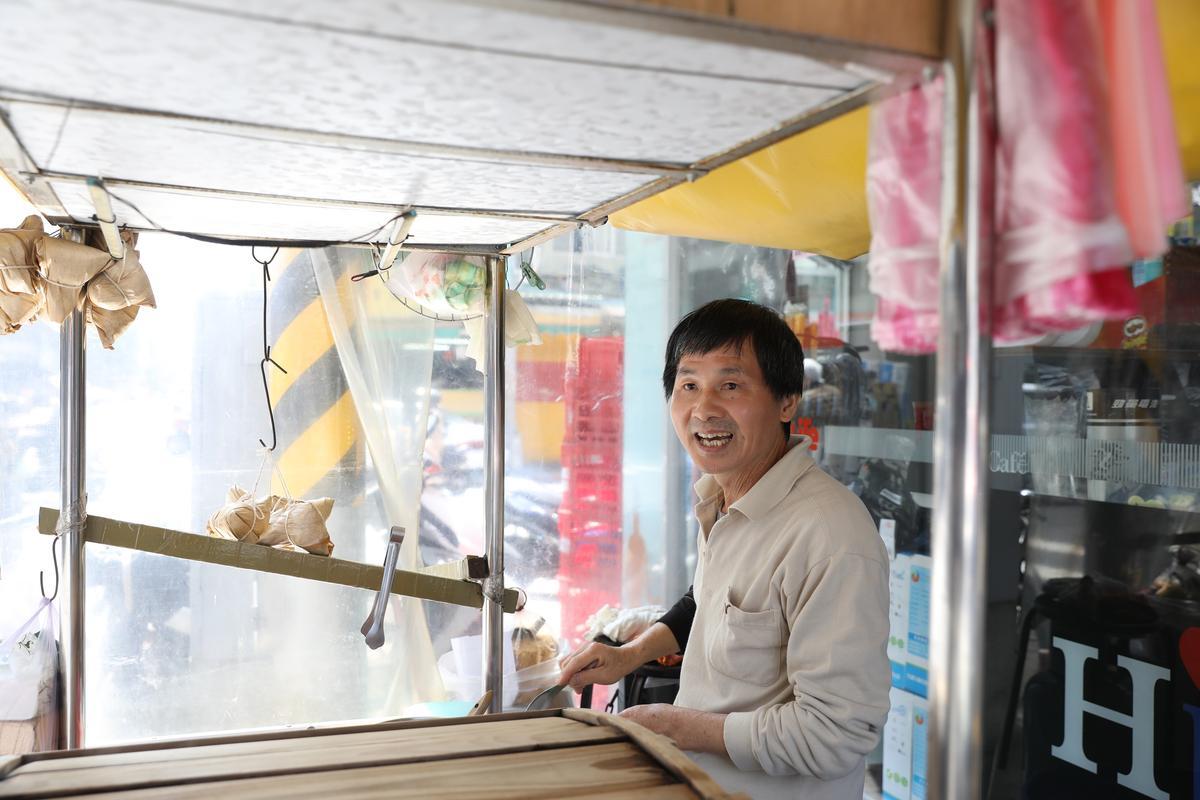 歐老闆接手之前豬血糕阿伯的小攤生意,轉眼7年,也做出自己的口碑。