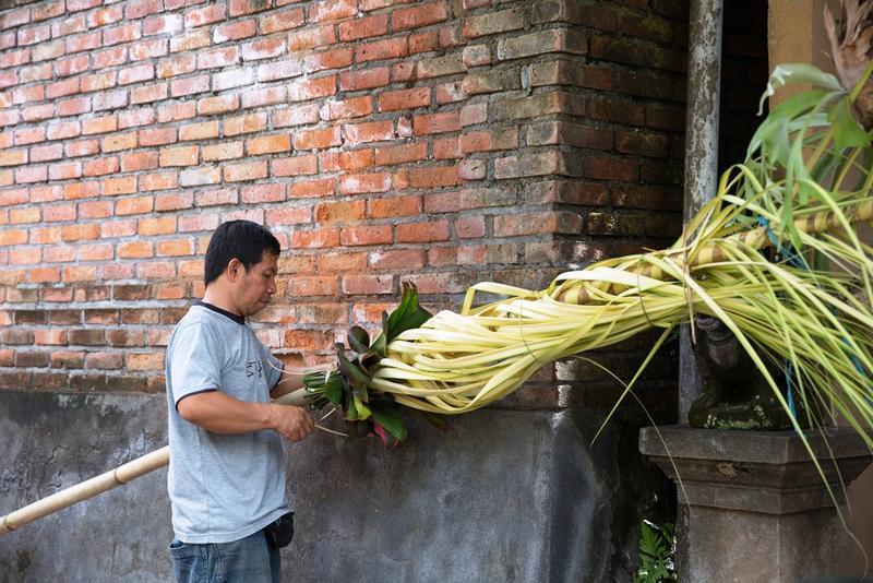 Galungan開始前,路邊都可見當地人裝飾竹竿的樣子。