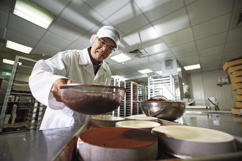 花蓮蛋糕名店提拉米蘇創辦人劉敏賢,31歲曾負債700多萬元,他不灰心,以平價蛋糕成功逆轉勝,不僅順利清償債務,1年還創造3億元營收。