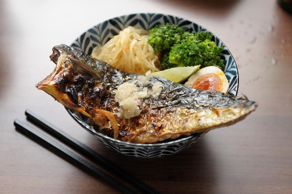 採訪當天,蕭俊祥點了限量炙燒鯖魚丼(159元/份)。