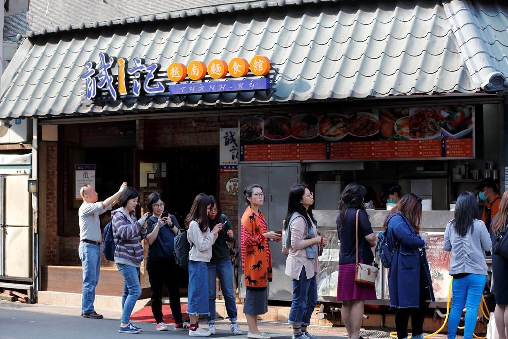 誠記越南麵食館位於熱鬧的永康街,每到用餐時間,人潮絡繹不絕。