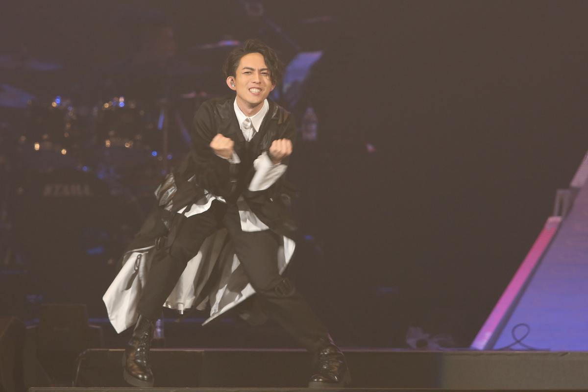 林宥嘉3度攻蛋,穿著一襲黑色斗篷演唱《熱血無賴》,為演唱會開場。