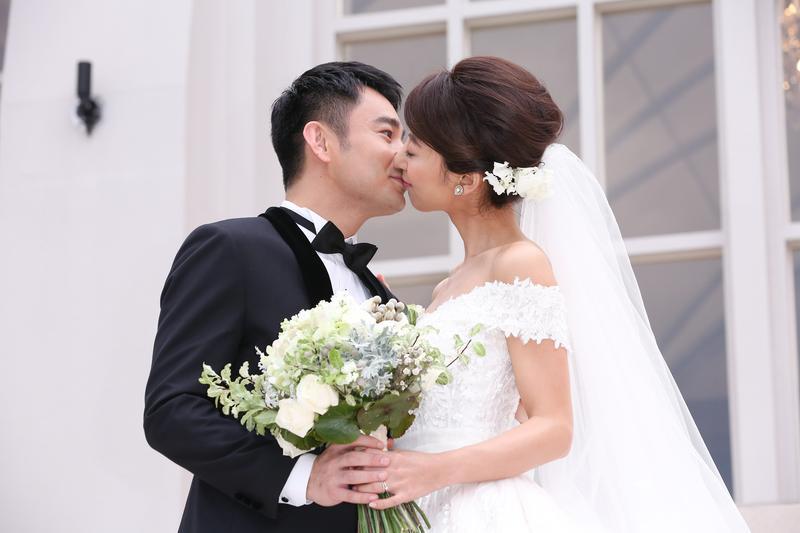 新郎Jerry親吻新娘大久保麻梨子,不過每次拍親吻照,Jerry都沒有閉上眼睛,反而新娘子麻梨子都閉上眼睛。