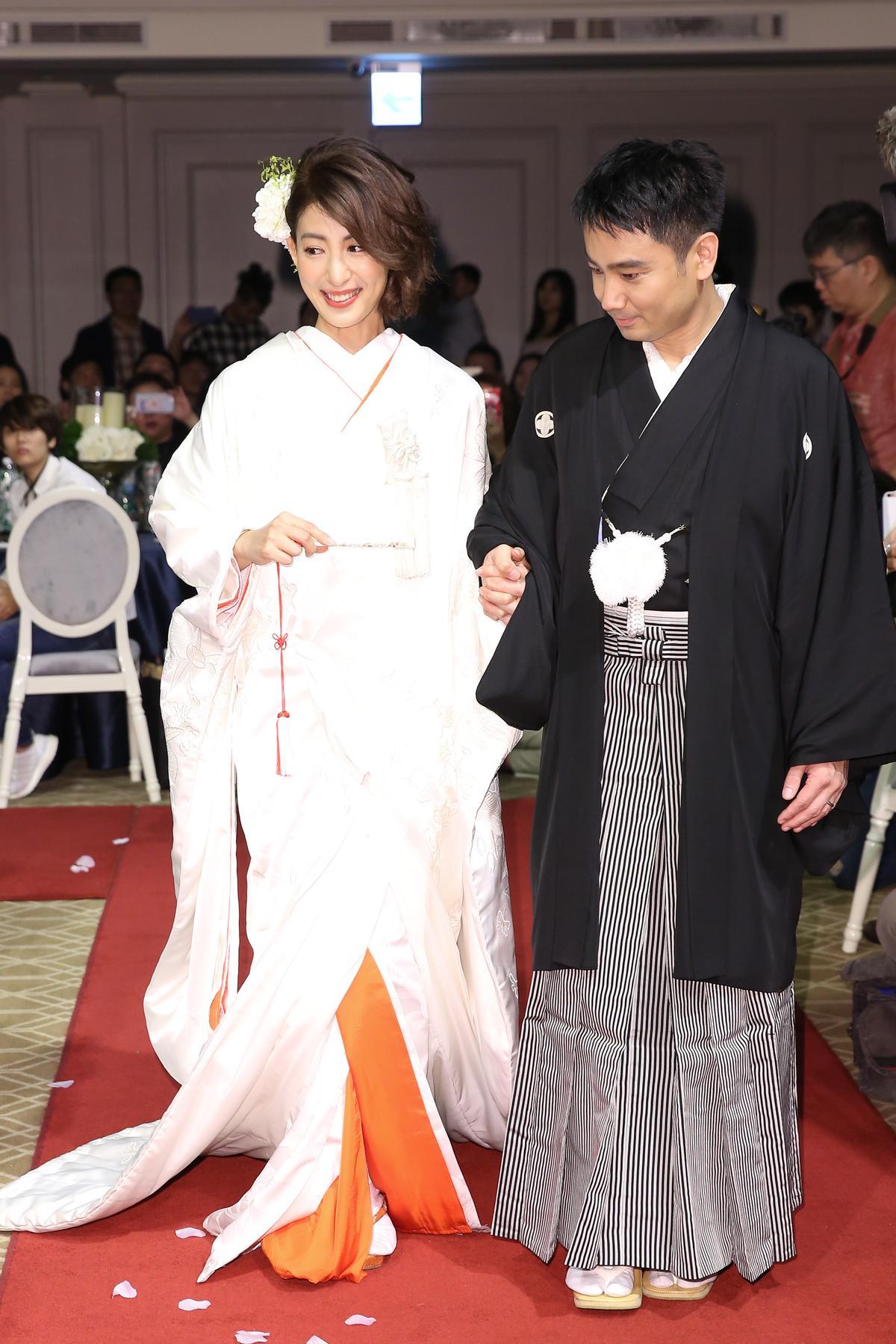 兩人穿著日式和服,一起踏上紅毯,揭開婚禮序幕。