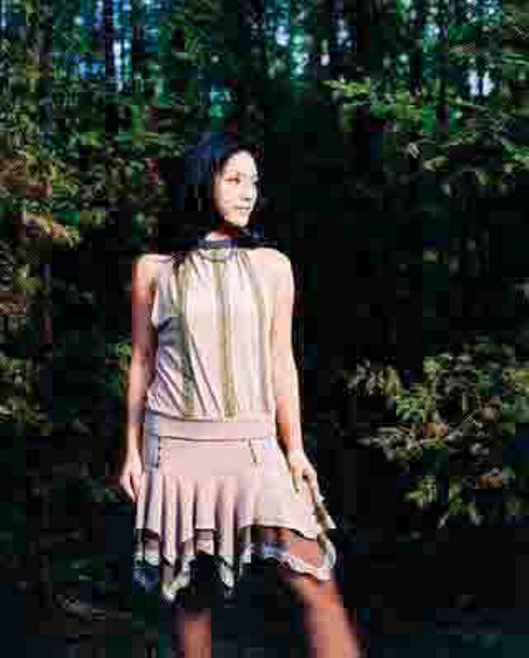 唐綺陽年輕時完全是一個model身材,令人視線不忍離開。森林正妹Look。