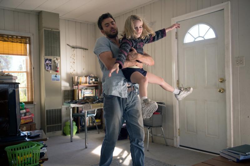 克里斯伊凡(左)在《天才的禮物》首次挑戰單親、父輩的角色,與女童星麥肯娜葛瑞絲有許多溫馨互動。