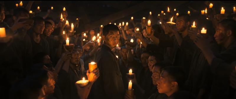 宋仲基在《軍艦島》飾演獨立軍統領,首波預告看到眾人手持燭光圍繞著他,透露出渴望自由的殷切期盼。