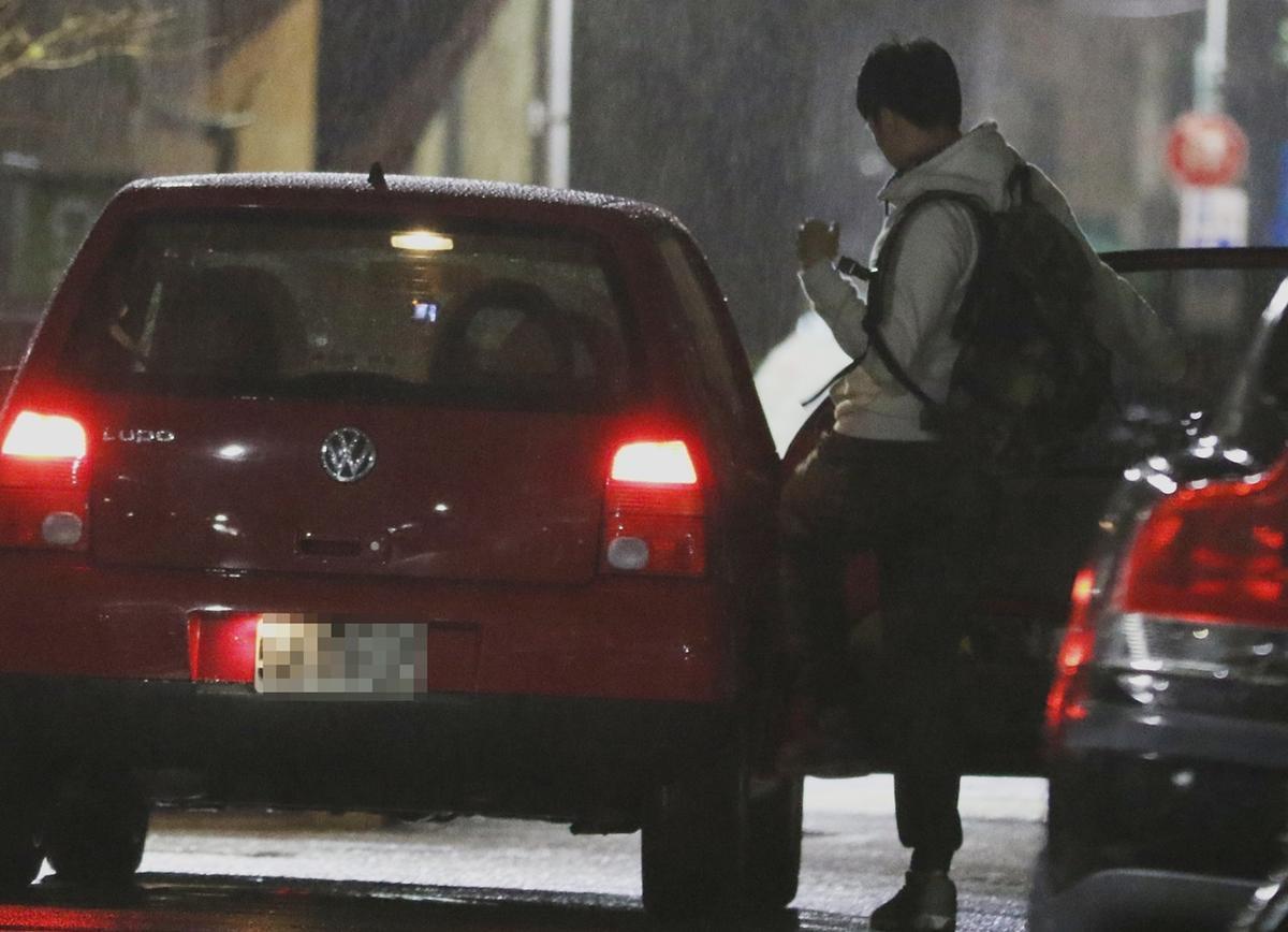 袁艾菲的車開到了北市大安路的一棟民宅前面,一名精壯男子上了車。
