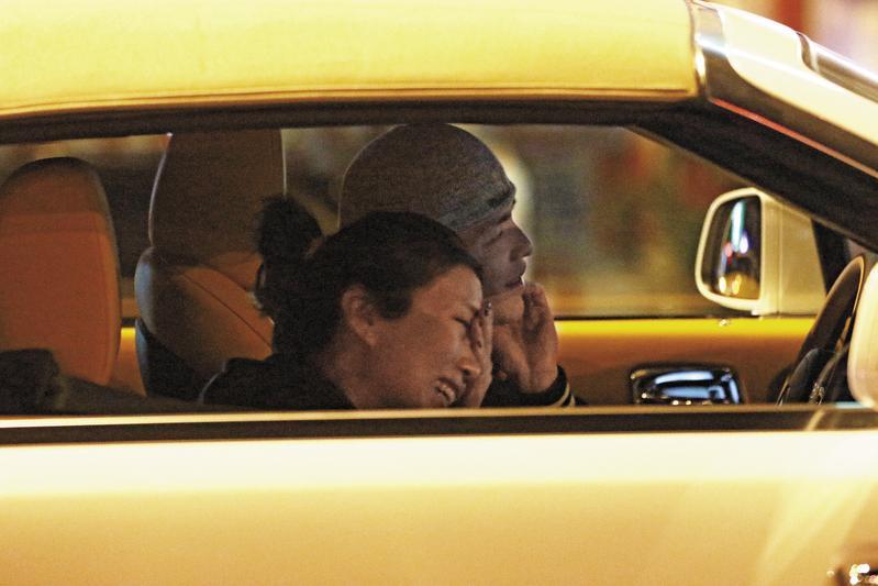 蕭敬騰開新車載著經紀人兼緋聞女友Summer現身台北東區街頭,兩人一路有說有笑。