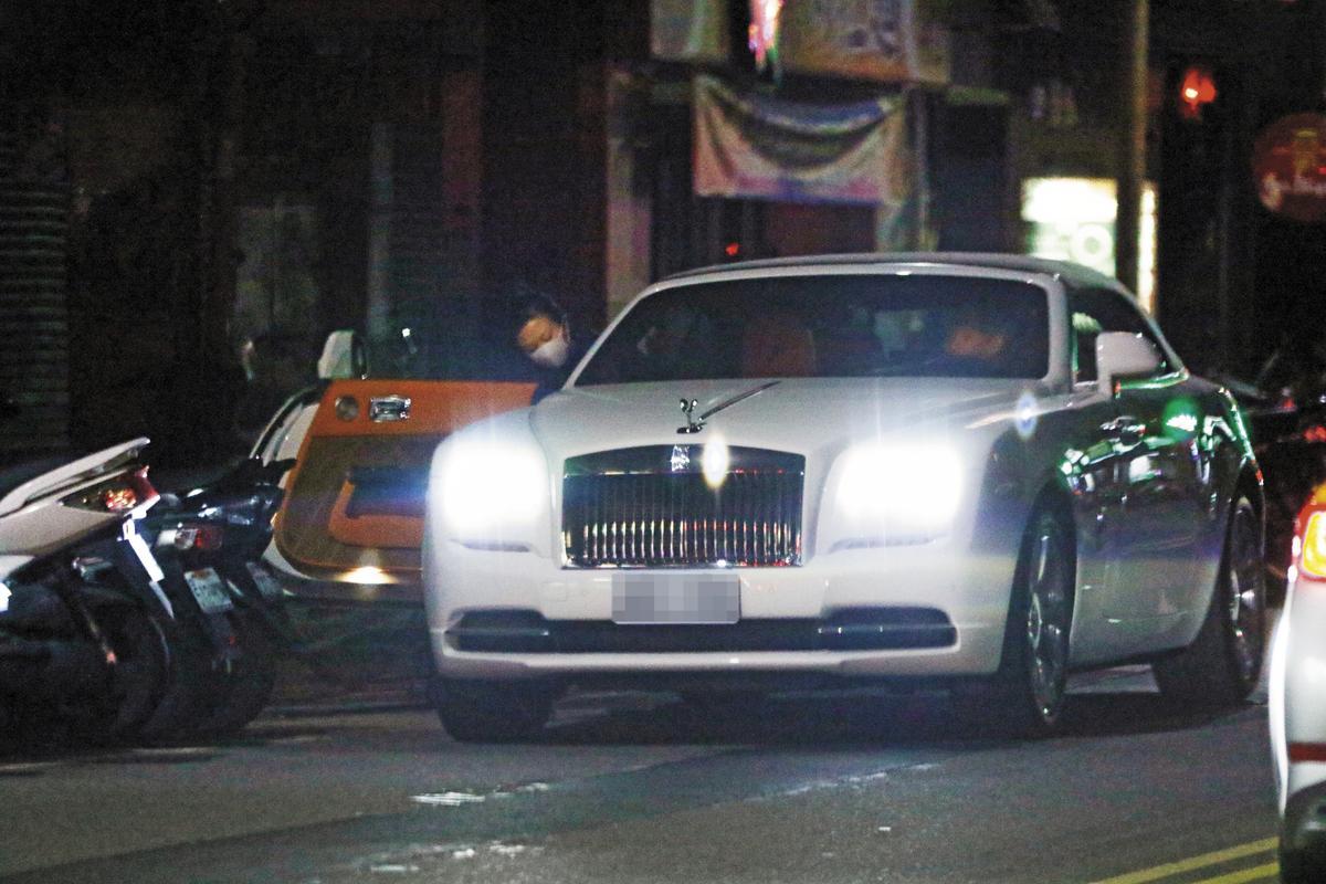 蕭敬騰的新車是價值2,000萬元的Rolls Royce Wraith,外型氣派華麗,現身街頭引人側目。
