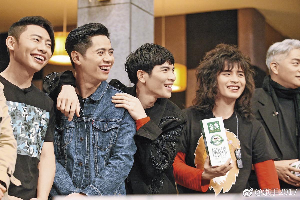 蕭敬騰(右二)帶著獅子合唱團參加湖南衛視《歌手》節目,一路過關斬將,除了大筆酬勞入袋,還幫獅子合唱團打響在中國的知名度。