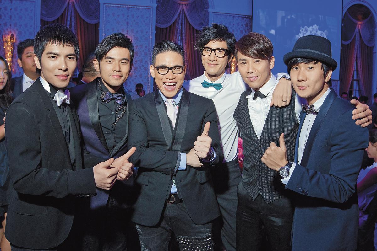 在2014年陶喆婚禮上,蕭敬騰(左起)與周杰倫、蘇永康、王力宏、陶喆及林俊傑一字排開合照,都是在華人樂壇呼風喚雨的人物。