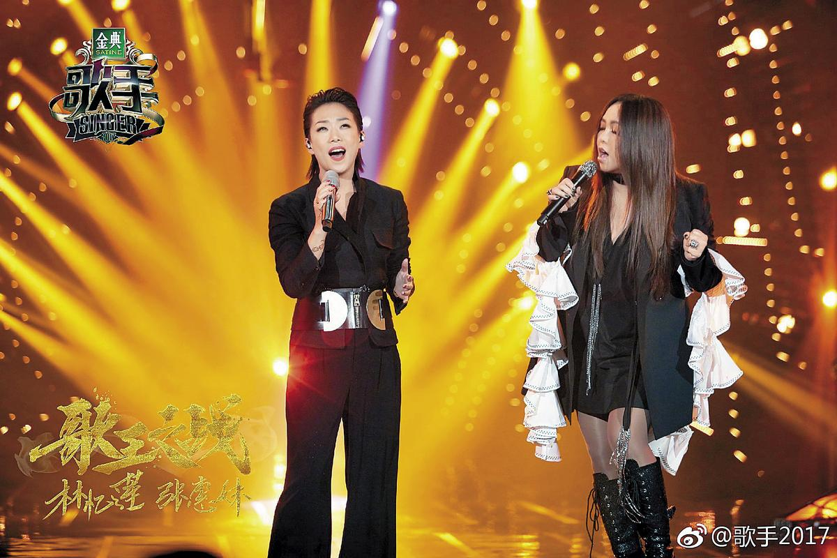 對岸節目《歌手》上週六進行總決賽,林憶蓮有張惠妹幫唱氣勢大振,當晚拿下冠軍。  (翻攝自歌手2017微博)