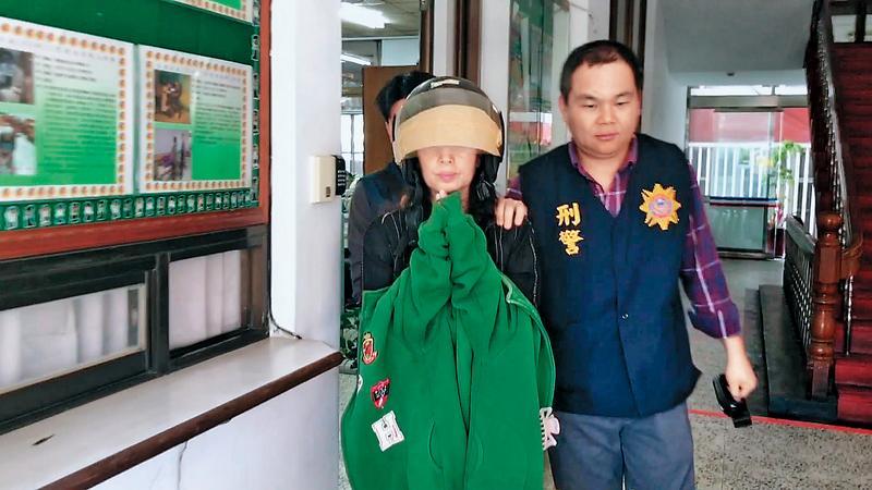 去年11月黃女(前左)涉嫌將丈夫王義祥餵食安眠藥後狠心砍殺,再故布疑陣,檢警懷疑她覬覦高額保金,將丈夫加工致死。