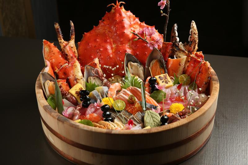 「豪華帝王蟹綜合丼」料豐味美,尺寸跟臉盆一樣大,需提前1天預訂。(3,880元/份)
