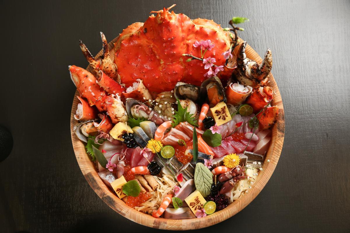 「豪華帝王蟹綜合丼」內含超過10種海鮮,大約4到6人份。(3,880元/份)