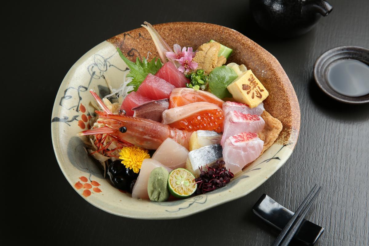 「豪華海鮮丼」嘗得到4到5種生魚片、鮮甜的牡丹蝦和甘美厚實的紫海膽。(450元/份)