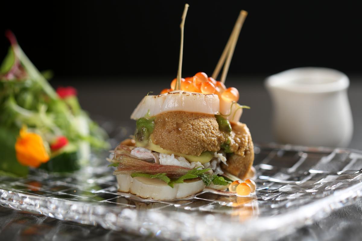 「干貝漢堡」一口放進嘴裡,能嘗到滿滿鮮甜海味,紫蘇葉的香氣增添一抹清爽。(420元/份)