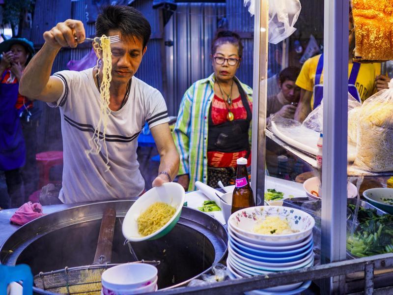 路邊各式小吃,一向是泰國最吸引觀光客的一大特色,如今曼谷卻決定淨空所有路邊攤販。(東方IC)