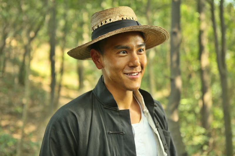 彭于晏人如其名,為了演出上世紀40年代的港九抗日英雄劉黑仔,也把自己曬成黑皮,一臉古意。