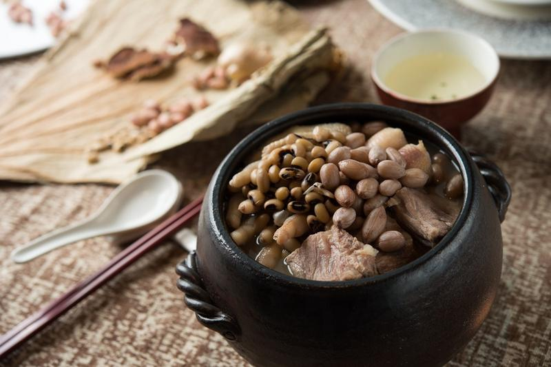 「花生眉豆煲雞腳」是蘇權暉主廚幼時與母親最溫暖的回憶。