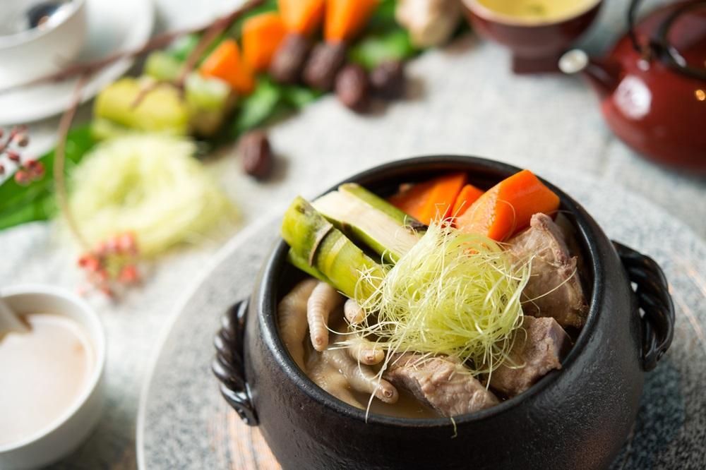 「玉米鬚蘿蔔煲竹蔗」玉米與紅蘿蔔煲出不可思議的甜。(春季廣式老火例湯,480元/份)