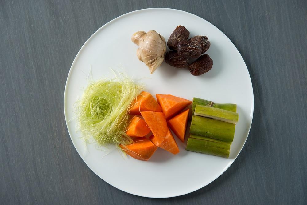 材料有玉米鬚、紅蘿蔔、青皮甘蔗、胛心排、雞腳、蜜棗、薑,可祛濕清熱、養肝明目。