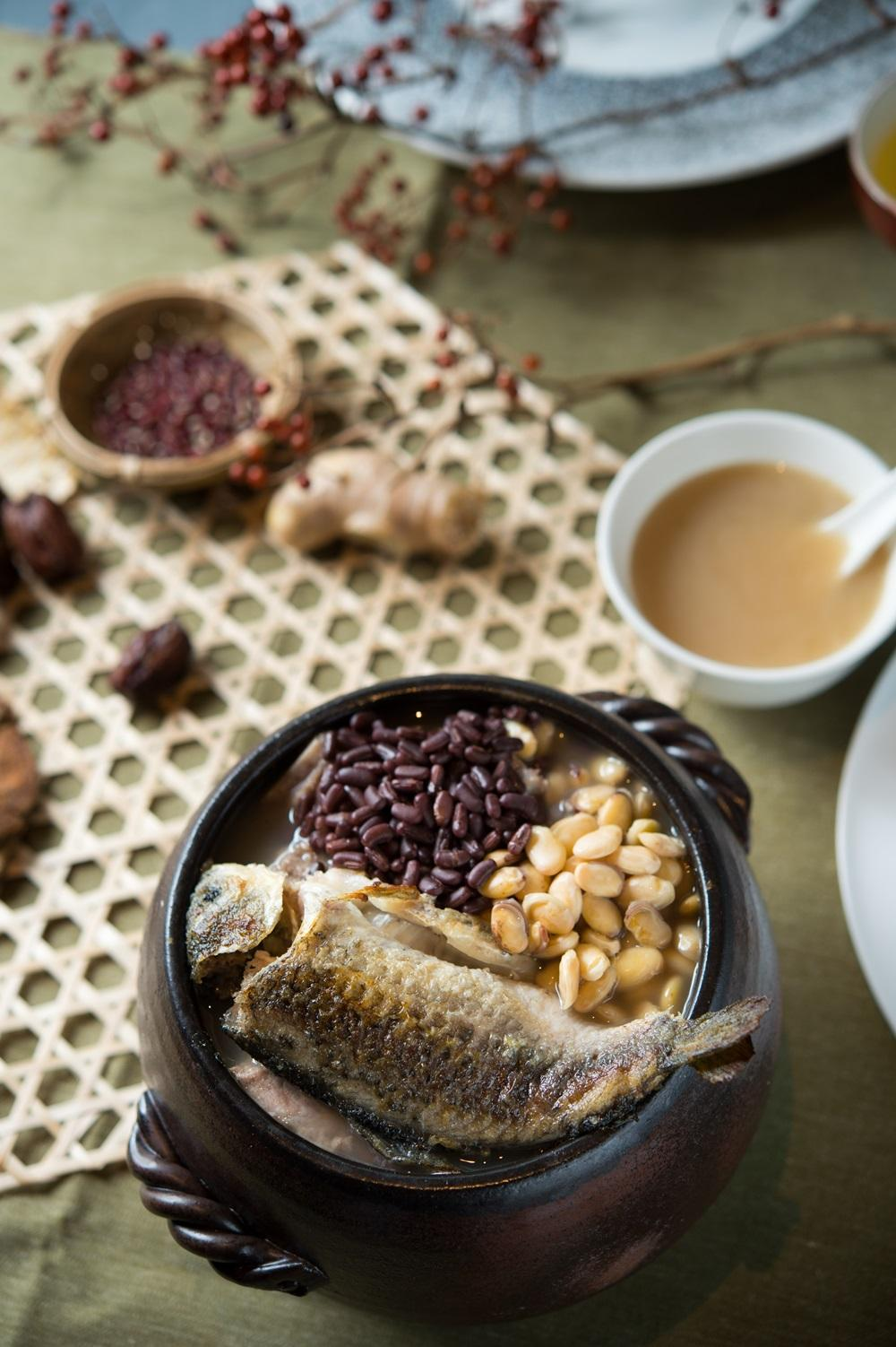 赤小豆扁豆煲鯽魚」做工繁複,魚需先煎炸後定型,烹煮之後魚嫩湯鮮。(春季廣式老火例湯,480元/份)