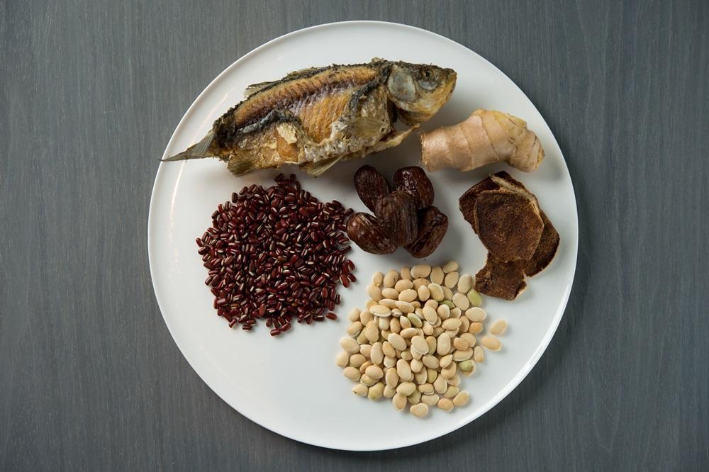 材料有扁豆、赤小豆、鯽魚、胛心排、陳皮、蜜棗、薑,具解毒、利水消腫之效。