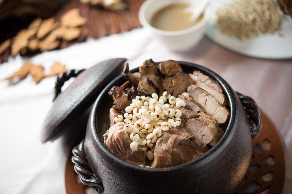 「白术薏仁煲豬腱」有健脾益氣、抗衰老的功效。(春季廣式老火例湯,480元/份)