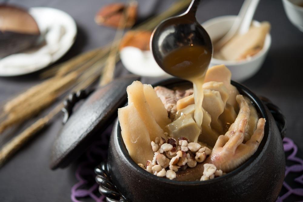 「淮山芡實煲椰子螺」能夠清熱、補腎、明目,加了鮮螺湯頭十分鮮甜,多了芡實添了滑潤。(春季廣式老火例湯,480元/份)