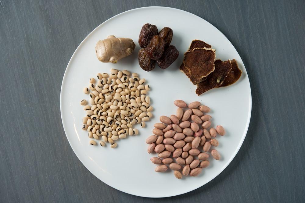 材料有花生、眉豆、胛心排、雞腳、蜜棗、陳皮、薑。能補氣、抗老、增強記憶力。