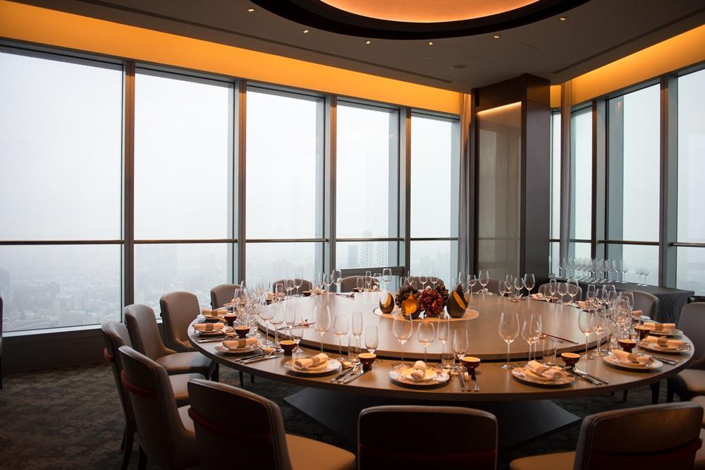 「望月樓」為香格里拉遠東飯店集團第一家館外餐廳,位於板橋百揚大樓第48樓,視野遼闊可鳥瞰雙北。