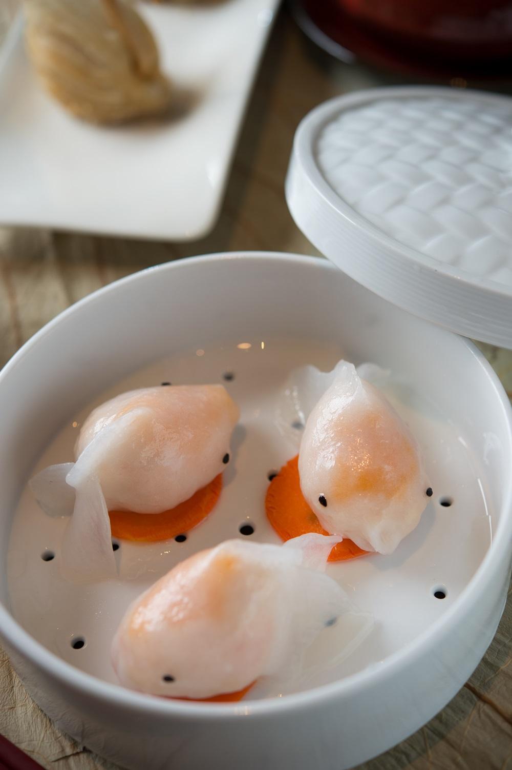 「鮮蝦金魚餃」內餡除既有的草蝦和蝦漿外,刻意加上澎湖新鮮飛魚卵,讓蒸熟上桌的金魚餃,通體紅潤,造型更逼真。(180元/份,午餐供應)