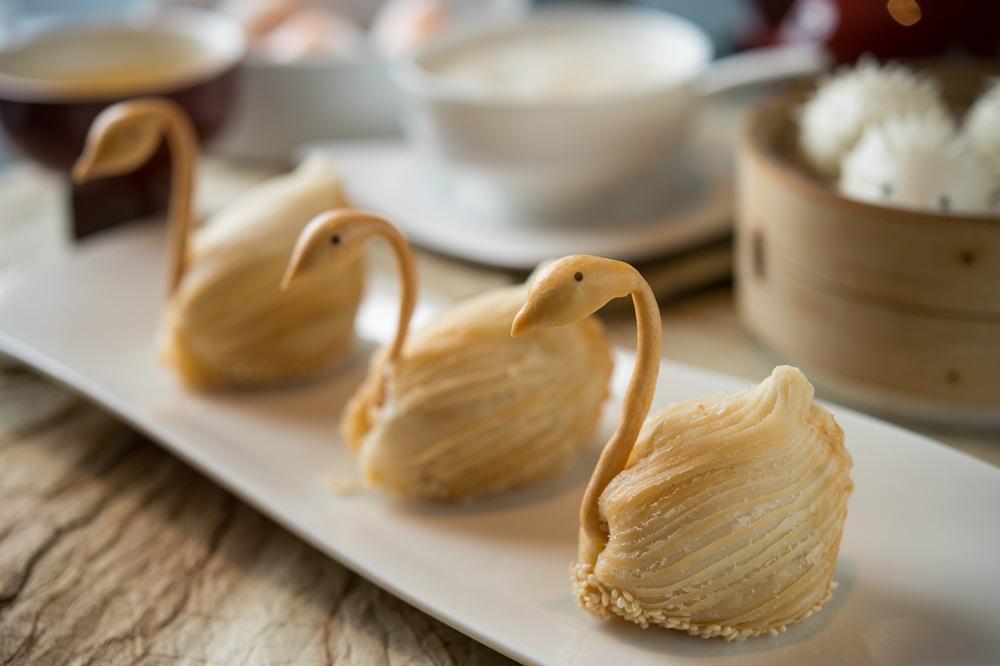 「天鵝蘿蔔酥餅」餡料用新鮮蘿蔔手工切絲調製,水嫩噴香;包在外層的水油皮掌握比例,酥炸後膨脹撐開,恰似羽衣的美感。 (150/份,午餐供應)