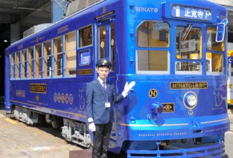 日本長崎路面電車日前推出的路面列車「港都(みなと)」。(圖取自朝日新聞網)